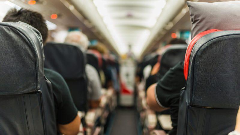 Murió un hombre con síntomas de Covid-19 en un avión con 180 pasajeros