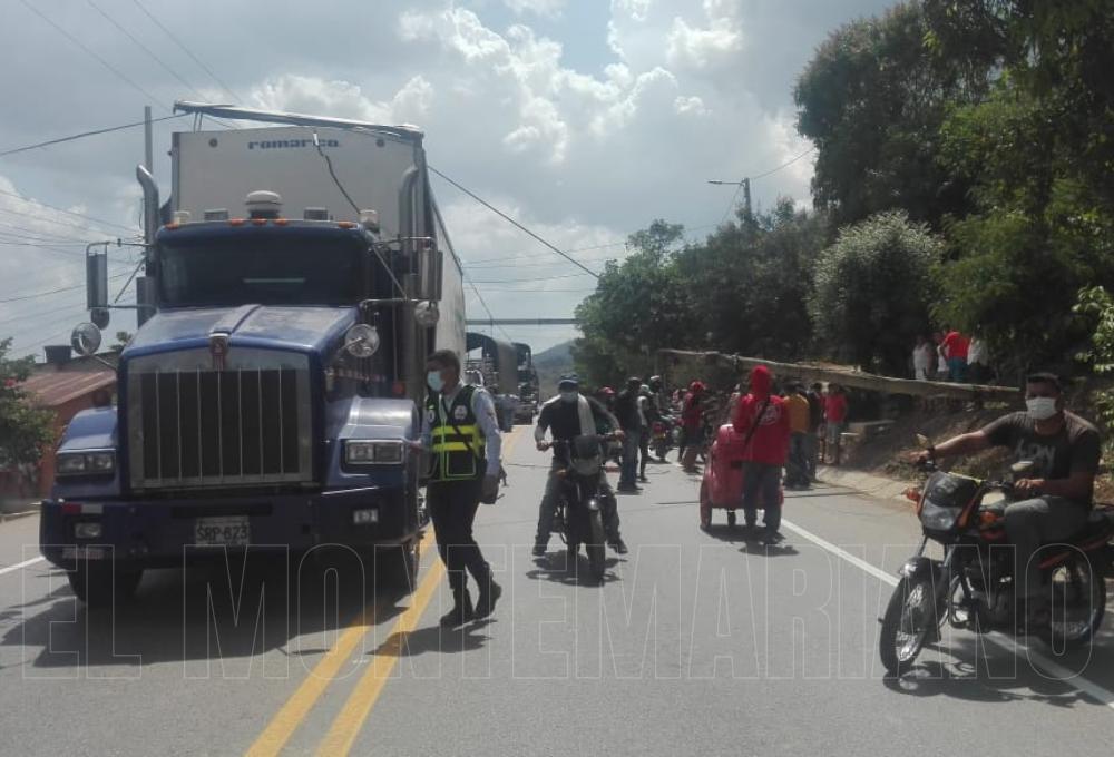 Poste de telecomunicaciones cayó encima de un mototaxista en San Juan Nepomuceno