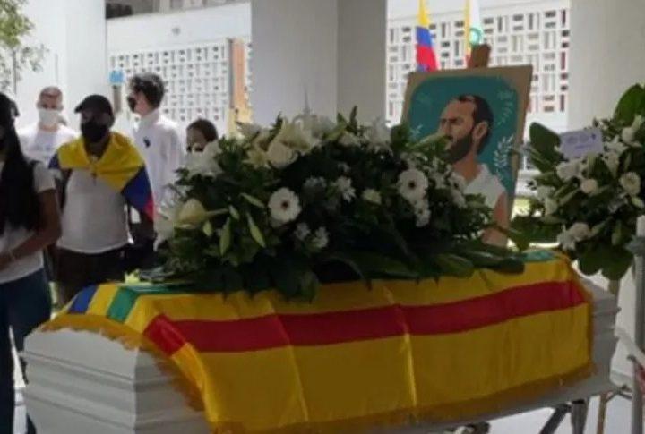 Gradúan a Lucas Villa como profesional en ceremonia en la universidad de Pereira