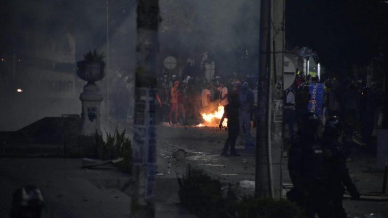 Noche de caos en Barranquilla: persisten los enfrentamientos entre Policías y manifestantes